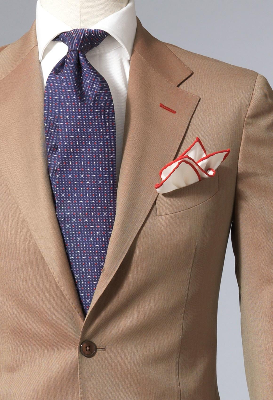 giacca beige cravatta nera