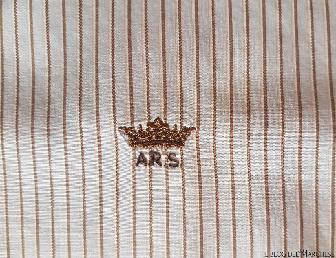 monogramma e corone sulla camicia